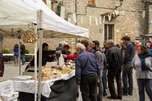 Visitantes en los puestos instalados en el mercado de Boltaña